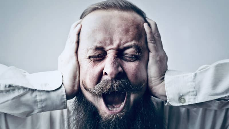 homme souffrant d'hyperacousie