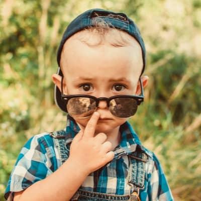 garçon avec lunettes
