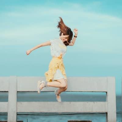 jeune femme qui saute de joie